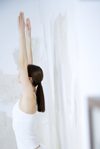 Woman standing with both arms raisedの写真素材 [FYI04319279]
