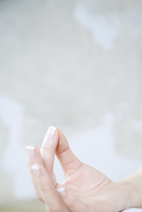 Cropped view of woman's handの写真素材 [FYI04319284]