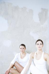 Two women doing yoga pose, one lookingの写真素材 [FYI04319286]
