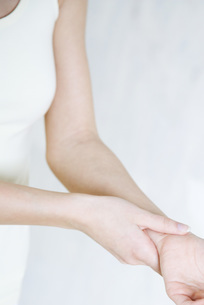 Cropped view of woman holding wristの写真素材 [FYI04319288]