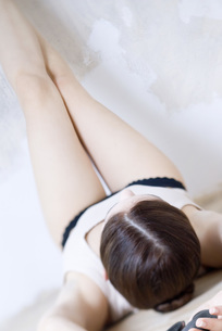 Young woman lying on back, legs upの写真素材 [FYI04319301]