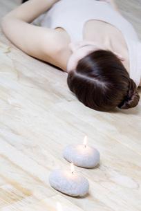 Woman lying on back on the floorの写真素材 [FYI04319302]