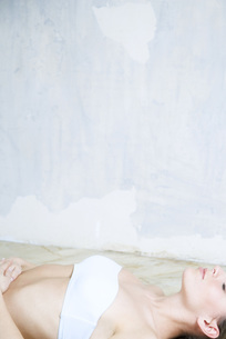 Woman lying on back, eyes closedの写真素材 [FYI04319313]