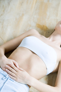 Cropped view of Woman lying on backの写真素材 [FYI04319315]