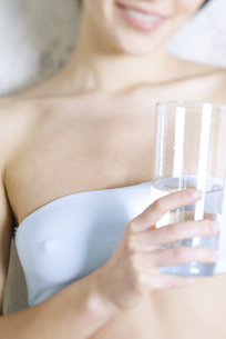 Woman holding glass of waterの写真素材 [FYI04319316]