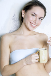 Woman holding tea cupの写真素材 [FYI04319319]
