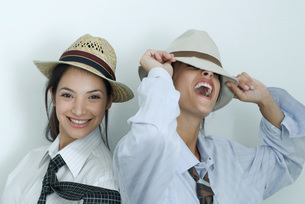 Friends dressed in button down shirtsの写真素材 [FYI04319323]