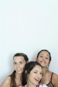 Three female friends smilingの写真素材 [FYI04319324]