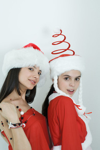 Friends dressed in Christmas costumesの写真素材 [FYI04319332]