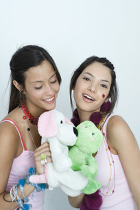 Two friends playing with stuffed animalsの写真素材 [FYI04319337]