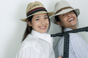 Friends dressed in button down shirtsの写真素材 [FYI04319343]