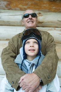 Grandfather embracing grandsonの写真素材 [FYI04319352]