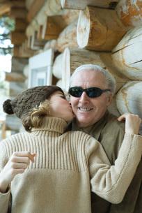 girl kissing grandfather on the cheekの写真素材 [FYI04319357]
