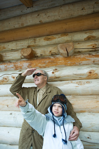 Grandfather and grandson standingの写真素材 [FYI04319360]