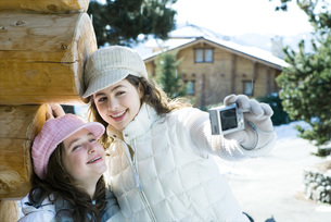 Girl photographing self with friendの写真素材 [FYI04319376]