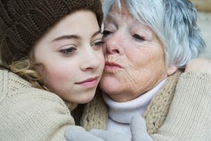 Grandmother kissing girl on the cheekの写真素材 [FYI04319382]
