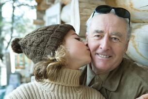 Girl kissing grandfather on the cheekの写真素材 [FYI04319384]