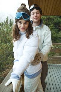 Couple standing on balconyの写真素材 [FYI04319386]