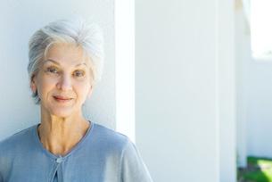 Senior woman smiling at cameraの写真素材 [FYI04319405]