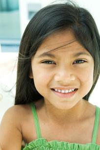 Girl smiling at camera, tousled hairの写真素材 [FYI04319411]
