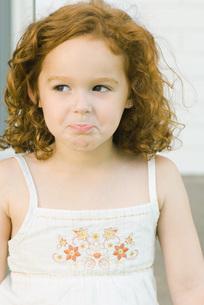 Girl pouting, looking awayの写真素材 [FYI04319418]