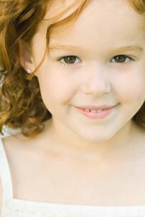 Girl smiling at cameraの写真素材 [FYI04319420]