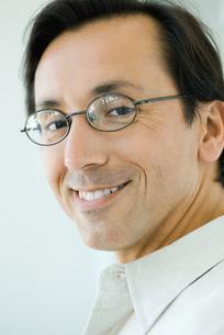 Man smiling at cameraの写真素材 [FYI04319421]