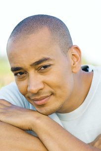 Man with shaved head smilingの写真素材 [FYI04319439]