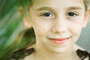 Girl smiling at cameraの写真素材 [FYI04319441]