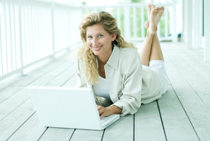 Woman using laptop computerの写真素材 [FYI04319446]