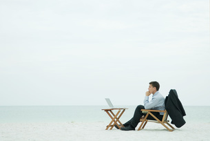 Man sitting on beachの写真素材 [FYI04319482]