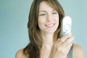Woman looking at cell phone, smilingの写真素材 [FYI04319494]