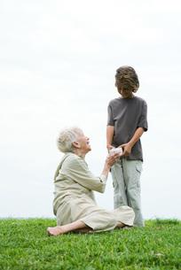 Grandson handing woman's giftの写真素材 [FYI04319500]