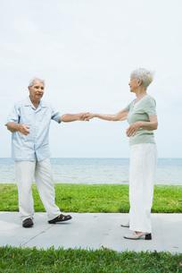 Couple dancing on sidewalkの写真素材 [FYI04319511]