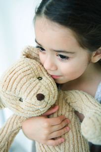 Little girl holding teddy bearの写真素材 [FYI04319553]