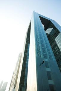 Window washer on side of skyscraperの写真素材 [FYI04319566]