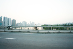 Cyclists crossing bridgeの写真素材 [FYI04319573]