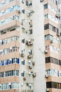 Corner of high rise apartment buildingの写真素材 [FYI04319589]