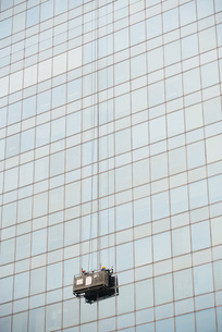 Window washers cleaningの写真素材 [FYI04319598]