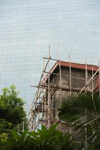 Bamboo scaffolding around buildingの写真素材 [FYI04319600]