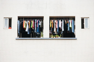 Laundry hanging to dry in balconyの写真素材 [FYI04319610]