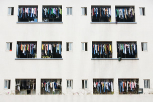 Laundry hanging to dry in balconiesの写真素材 [FYI04319611]