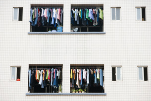 Laundry hanging to dry in balconiesの写真素材 [FYI04319612]