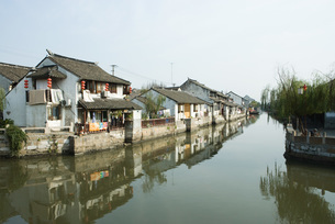 houses along canalの写真素材 [FYI04319649]