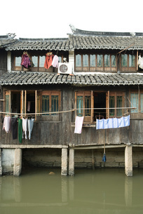 houses along canalの写真素材 [FYI04319650]