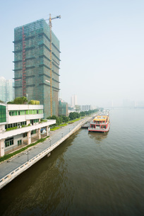 Barge parked along quayの写真素材 [FYI04319651]