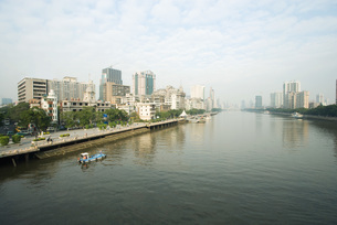 cityscape seen from waterの写真素材 [FYI04319652]