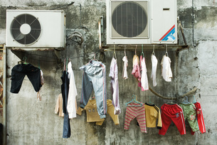 Laundry hanging to dry on cablesの写真素材 [FYI04319656]