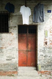 Clothes hanging to dry over doorwayの写真素材 [FYI04319658]