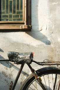 Bicycle with plastic bag covering seatの写真素材 [FYI04319666]